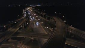 Τεράστια οδική σύνδεση Νύχτα στην ανταλλαγή αυτοκινητόδρομων 4k κεραία απόθεμα βίντεο