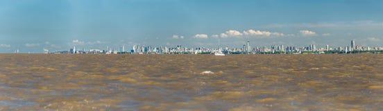 Τεράστια πανοραμική άποψη, πόλη του Μπουένος Άιρες από το Ρίο de Λα Plata Στοκ εικόνες με δικαίωμα ελεύθερης χρήσης