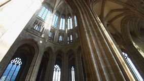 Τεράστια παράθυρα κάτω από την αψίδα του ναού στο νησί του mont-Άγιος-Michel απόθεμα βίντεο