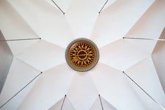Τεράστια πυξίδα σε ένα ανώτατο όριο σε μια όμορφη εκκλησία Στοκ Εικόνα