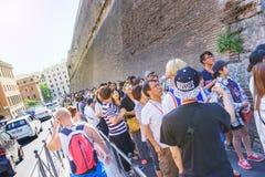 Τεράστια σειρά αναμονής των τουριστών και των επισκεπτών στη Ρώμη για τα εισιτήρια στο μουσείο Βατικάνου ξυπνήστε το καλοκαίρι Οσ Στοκ φωτογραφία με δικαίωμα ελεύθερης χρήσης