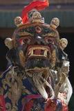Τεράστια σκούρο μπλε θιβετιανή αρχαία μάσκα με τα ανθρώπινα κρανία ανωτέρω για τα ιερά βουδιστικά τελετουργικά, τα Ιμαλάια, Ινδία Στοκ Εικόνες