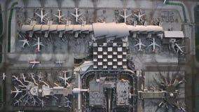 Τεράστια σύγχρονα αεροπλάνα στο βιομηχανικό σταθμό αερολιμένων υψηλής τεχνολογίας κατά την καταπληκτική τοπ εναέρια άποψη κηφήνων απόθεμα βίντεο