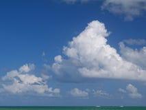 Τεράστια σύννεφα σωρειτών πέρα από τον τροπικό ωκεανό Στοκ φωτογραφίες με δικαίωμα ελεύθερης χρήσης