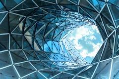 Τεράστια τρύπα σε ένα σύγχρονο κτήριο στη Φρανκφούρτη Στοκ Εικόνα