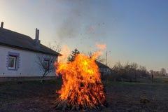 Τεράστια φωτιά κοντά στην καλύβα στοκ εικόνα με δικαίωμα ελεύθερης χρήσης