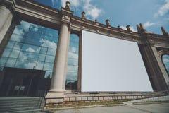 Τεράστια χλεύη εμβλημάτων επάνω στην οικοδόμηση της πρόσοψης Στοκ Φωτογραφίες