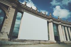 Τεράστια χλεύη εμβλημάτων επάνω στην οικοδόμηση της πρόσοψης Στοκ φωτογραφία με δικαίωμα ελεύθερης χρήσης