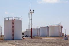 Τεράστιες δεξαμενές αποθήκευσης πετρελαίου Στοκ Εικόνες