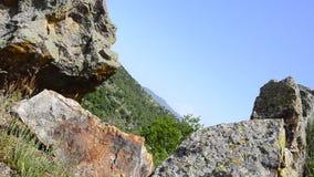 Τεράστιες πέτρες στο βουνό απόθεμα βίντεο