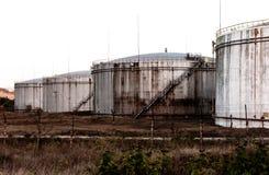 Τεράστιες παλαιές σκουριασμένες δεξαμενές καυσίμων στοκ εικόνα με δικαίωμα ελεύθερης χρήσης