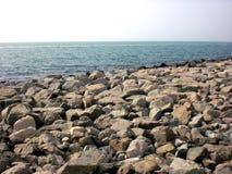Τεράστιοι βράχοι και θάλασσα στοκ φωτογραφία με δικαίωμα ελεύθερης χρήσης