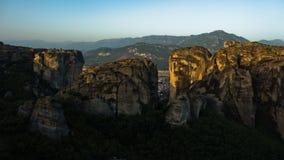 Τεράστιοι βράχοι με τα χριστιανικά ορθόδοξα μοναστήρια στην ανατολή με την κοιλάδα Meteora στο υπόβαθρο κοντά σε Kalambaka, Thess Στοκ Φωτογραφίες