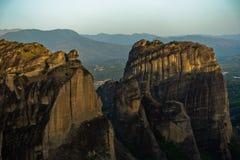 Τεράστιοι βράχοι στην ανατολή με την κοιλάδα Meteora στο υπόβαθρο κοντά σε Kalambaka, Thessaly Στοκ Εικόνες