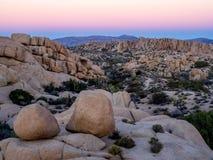 Τεράστιοι βράχοι στο ηλιοβασίλεμα στο εθνικό πάρκο δέντρων του Joshua στοκ φωτογραφίες με δικαίωμα ελεύθερης χρήσης