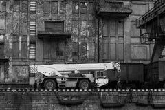 Τεράστιοι γερανός και εργαζόμενοι Στοκ εικόνες με δικαίωμα ελεύθερης χρήσης