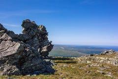 Τεράστιοι λίθοι στο οροπέδιο Άγρια φύση των βόρειων Ουραλίων Όμορφη πανοραμική άποψη των κορυφογραμμών και των κοιλάδων στοκ εικόνα με δικαίωμα ελεύθερης χρήσης