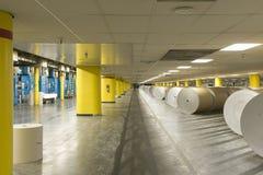 Τεράστιοι ρόλοι του εγγράφου στο εργοστάσιο εφημερίδων Στοκ εικόνες με δικαίωμα ελεύθερης χρήσης