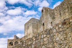 Τεράστιοι τοίχοι της μεσαιωνικής κοντινής Zilina κάστρων πόλης Strecno στοκ εικόνα με δικαίωμα ελεύθερης χρήσης