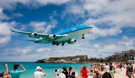 Τεράστιος - αεριωθούμενο αεροπλάνο στην τελική προσέγγιση Στοκ εικόνες με δικαίωμα ελεύθερης χρήσης
