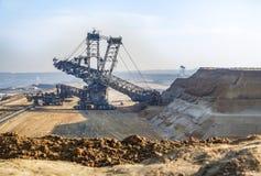 Τεράστιος εκσκαφέας που λειτουργεί στο ανθρακωρυχείο Στοκ Φωτογραφία