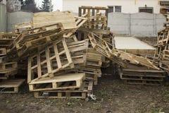Τεράστιος σωρός του διαφορετικού τύπου παλέτας σε μια επιχειρησιακή υπαίθρια περιοχή ανακύκλωσης στοκ φωτογραφία με δικαίωμα ελεύθερης χρήσης