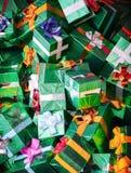 Τεράστιος σωρός των πράσινων λάμποντας κιβωτίων δώρων Στοκ Φωτογραφία