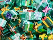 Τεράστιος σωρός των πράσινων κιβωτίων δώρων Στοκ φωτογραφία με δικαίωμα ελεύθερης χρήσης