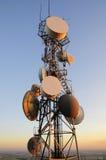 Τεράστιος τηλεφωνικός δορυφορικός πύργος κυττάρων στο ηλιοβασίλεμα Στοκ εικόνα με δικαίωμα ελεύθερης χρήσης