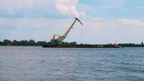 Τεράστιος digger στο λατομείο για τη μεταλλεία εξαγωγής άμμου στη λίμνη απόθεμα βίντεο