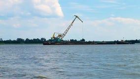 Τεράστιος digger στο λατομείο για τη μεταλλεία εξαγωγής άμμου στη λίμνη φιλμ μικρού μήκους