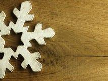 Τεράστιο άσπρο snowflake και ξύλινο υπόβαθρο Στοκ Φωτογραφία
