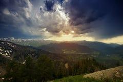 Τεράστιο βαρύ επιπλέον σώμα σύννεφων επάνω από τα βουνά Στοκ Εικόνα