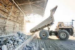 Τεράστιο βράχος ή σιδηρομετάλλευμα γρανίτη εκφόρτωσης φορτηγών απορρίψεων Στοκ εικόνα με δικαίωμα ελεύθερης χρήσης