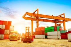 τεράστιο μεγάλο τερματικό σκαφών φόρτωσης εμπορευματοκιβωτίων εμπορευματοκιβωτίων φορτίου στοκ φωτογραφίες με δικαίωμα ελεύθερης χρήσης