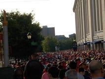 Τεράστιο πλήθος των ανεμιστήρων ποδοσφαίρου έξω από το στάδιο Αμερικανού Στοκ φωτογραφία με δικαίωμα ελεύθερης χρήσης