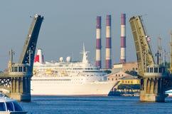 Τεράστιο σκάφος της γραμμής θάλασσας στις γέφυρες Στοκ φωτογραφία με δικαίωμα ελεύθερης χρήσης