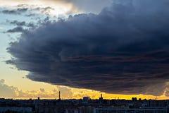 Τεράστιο σύννεφο που μπαίνει σε την πόλη πριν από το βρέχοντας χρόνο στοκ εικόνα με δικαίωμα ελεύθερης χρήσης
