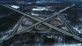 Τεράστιο σύνολο οδικών συνδέσεων των αυτοκινήτων και των φορτηγών στην επαρχία το χειμώνα, εναέρια άποψη απόθεμα βίντεο