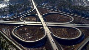 Τεράστιο σύνολο οδικών συνδέσεων των αυτοκινήτων και των φορτηγών στην επαρχία το χειμώνα, εναέρια άποψη φιλμ μικρού μήκους