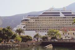 Τεράστιο υψηλό ακριβό σκάφος της γραμμής κρουαζιέρας στοκ φωτογραφίες