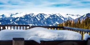 Τεράστιο amout του χιονιού σε έναν πάγκο με την αλπική άποψη στα ευρωπαϊκά όρη τον κρύο χειμώνα στοκ φωτογραφία με δικαίωμα ελεύθερης χρήσης