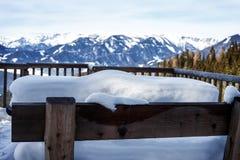 Τεράστιο amout του χιονιού σε έναν πάγκο με την αλπική άποψη στα ευρωπαϊκά όρη τον κρύο χειμώνα στοκ φωτογραφίες
