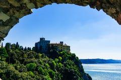 Τεργέστη, Ιταλία - 29 Απριλίου 2017: Άποψη του Castle Duino από το παλαιό οχυρό στη θάλασσα στοκ φωτογραφία με δικαίωμα ελεύθερης χρήσης