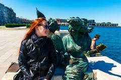 Τεργέστη, Ιταλία - 29 Απριλίου 2017: Το Scala Rele και ένα κορίτσι θέτουν μέσα στοκ φωτογραφία