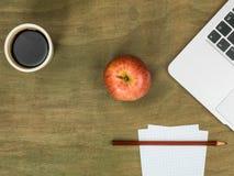 Τερματικός σταθμός υπολογιστών με τη Apple και ένα φλυτζάνι του μαύρου καφέ Στοκ Εικόνες