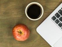 Τερματικός σταθμός υπολογιστών με τη Apple και ένα φλυτζάνι του μαύρου καφέ Στοκ εικόνες με δικαίωμα ελεύθερης χρήσης