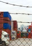 Τερματικό εμπορευματοκιβωτίων θαλάσσιων λιμένων στο Χογκ Κογκ πίσω από οδοντωτό - καλώδιο Στοκ εικόνα με δικαίωμα ελεύθερης χρήσης