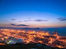 Τερματικό εμπορευματοκιβωτίων με την πυράκτωση ηλιοβασιλέματος Στοκ εικόνα με δικαίωμα ελεύθερης χρήσης