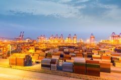 Τερματικό εμπορευματοκιβωτίων της Σαγκάη στο σούρουπο στοκ εικόνα